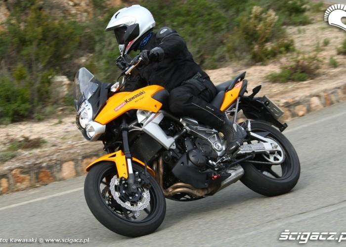 Kawasaki Versys 2010 hamowanie w zakrecie