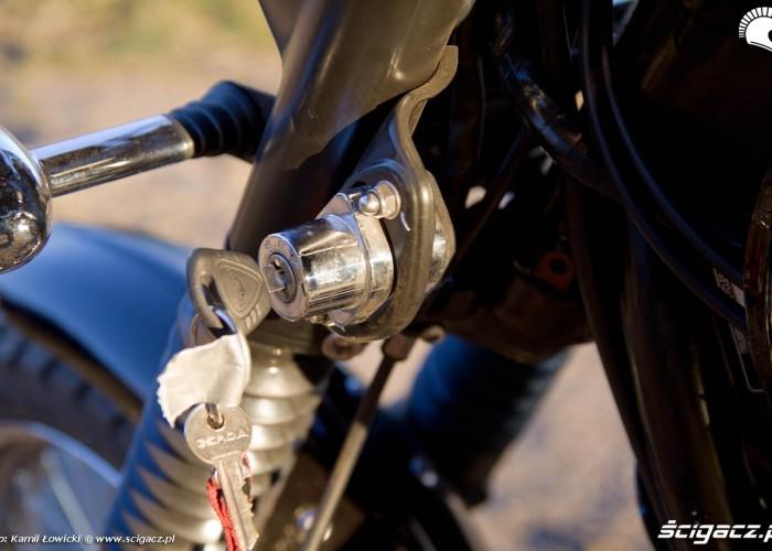 stacyjka przy glowce ramy Triumph Scrambler 2011