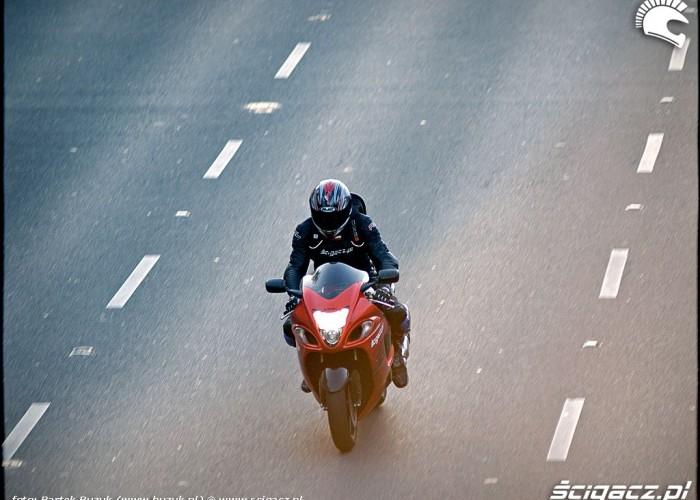 suzuki hayabusa z gory na ulicy