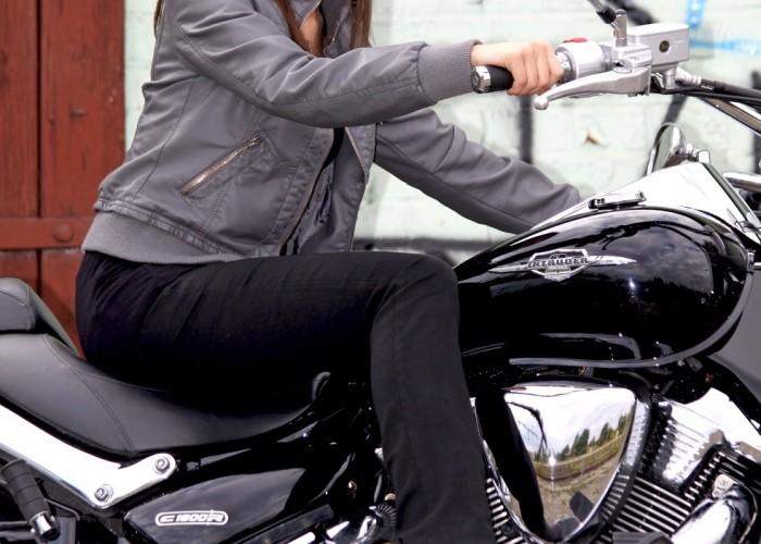 modelka na motocyklu Suzuki Intruder C1800R