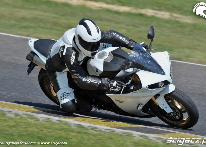 Yamaha R1 kolano
