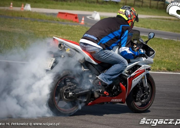 yamaha r1 burnout
