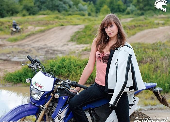dziewczyna i Yamaha WR 450F
