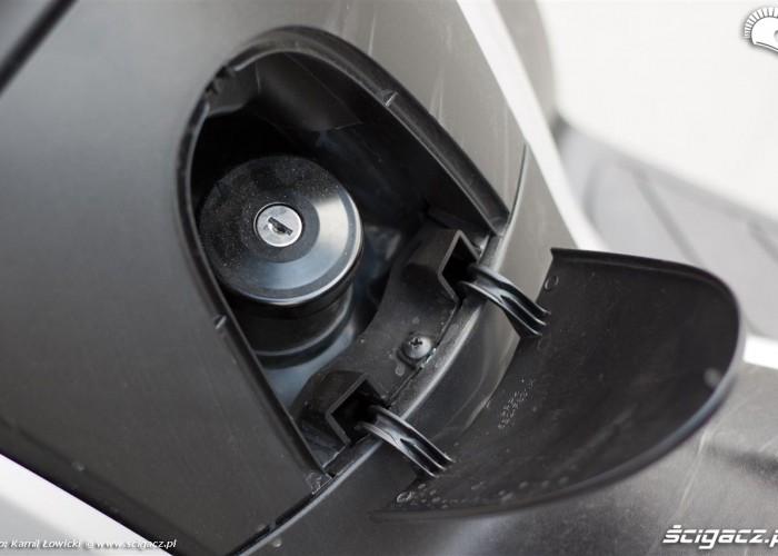 wlew paliwa w tunelu podlogowym