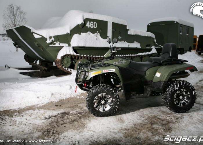 Arctic Cat-TRV 700 obok czolgu