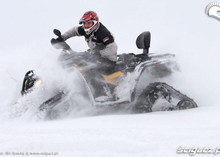Can-am Outlander zabawa w sniegu