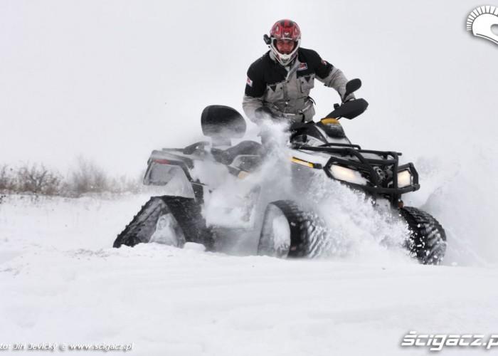 Can-am czterokolowiec w sniegu