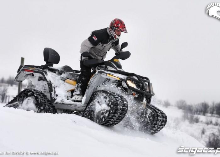 Can am Outlander przejazd po sniegu na gasienicach
