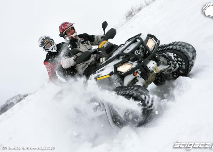 szybka jazda quadem po sniegu