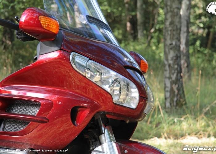 Honda Goldwing w trasie lampy