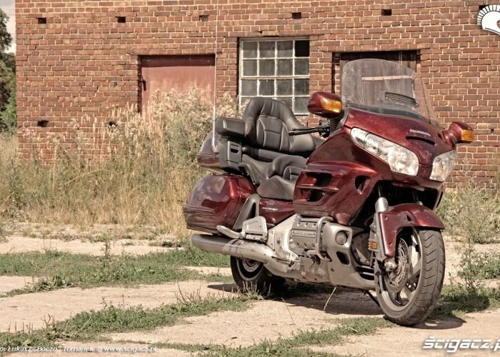 Honda Goldwing w trasie opuszczony spichlez 4