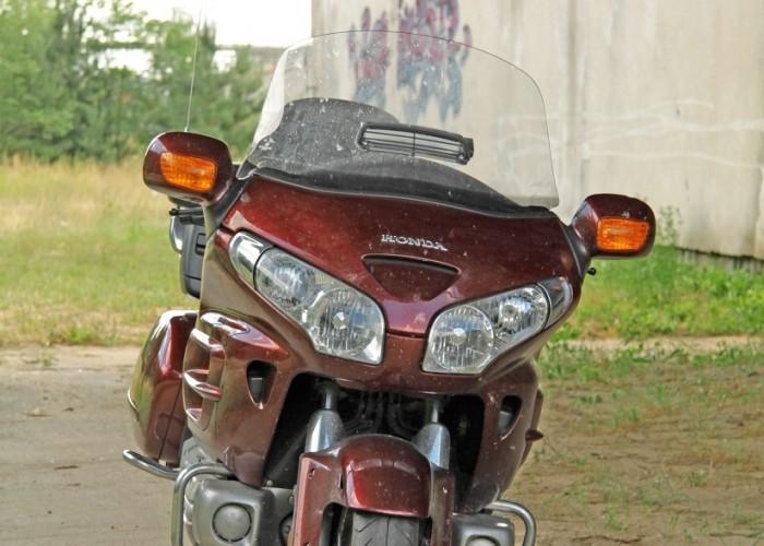 Honda Goldwing w trasie przod
