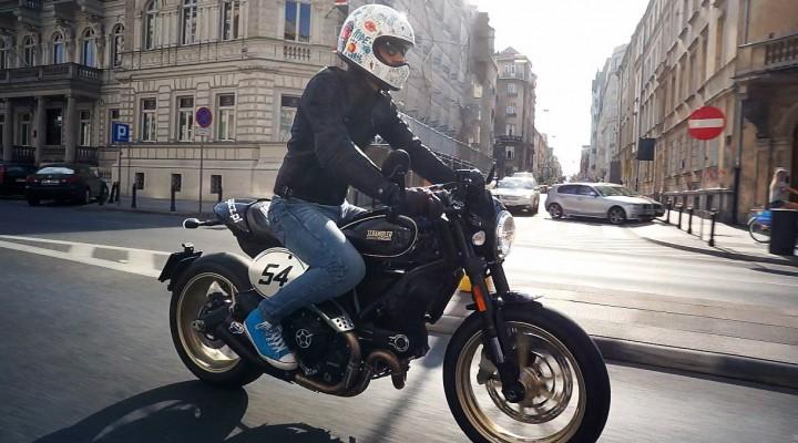 Ducati Scrambler Cafe Racer jazda z