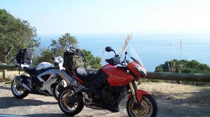 Motocyklem w Hiszpanii przy urwisku