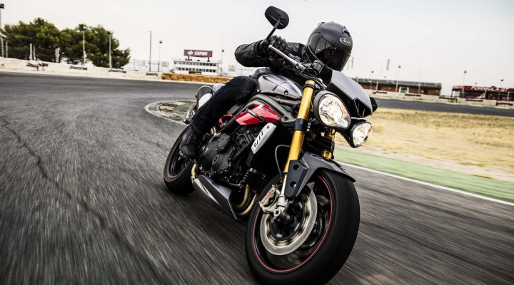 Triumph Speed Triple R 2016 na torze z