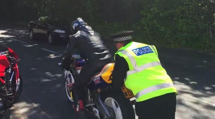 Policjant pomaga odpalic motocykl z