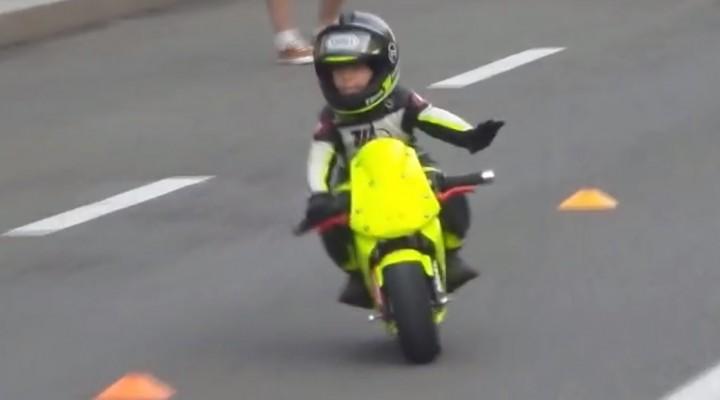 dziecko na moto z