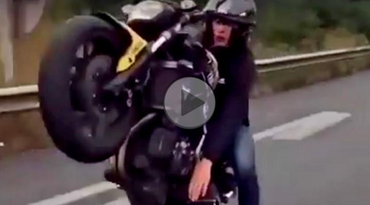 motocyklista zmienia biegi reka z