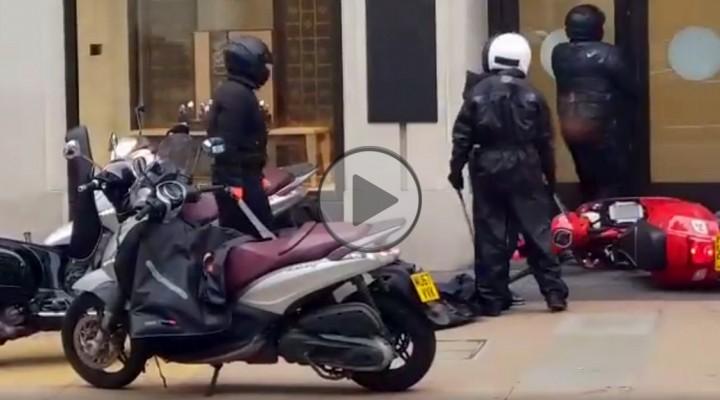 bandyci z maczetami na skuterach z
