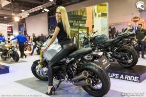 Targi motocyklowe Moto Expo 2017 BMW R Nine T hostessa