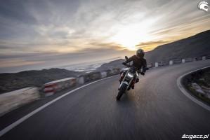 09 BMW F900R 2020 lewy zakret zlozenie