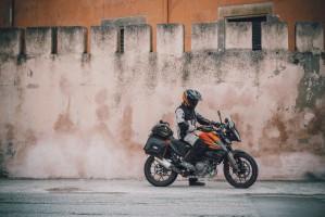 KTM 390 Adventure 2020 kierowca siedzi przy murze