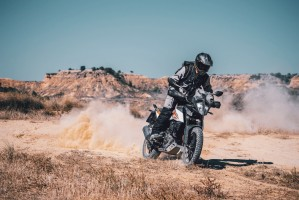 KTM 390 Adventure 2020 prawy przod kurz jazda na stojaco