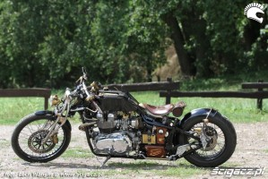 18 Triumph Bonneville America na lonie natury