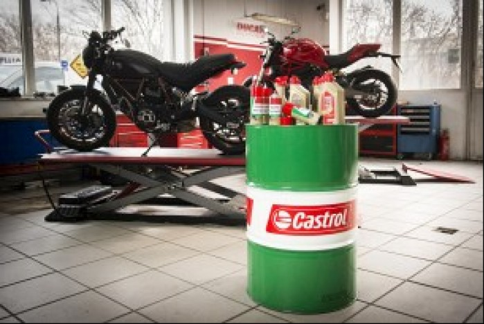 Warsztat motocyklowy castrol fot Lukasz Widziszowski