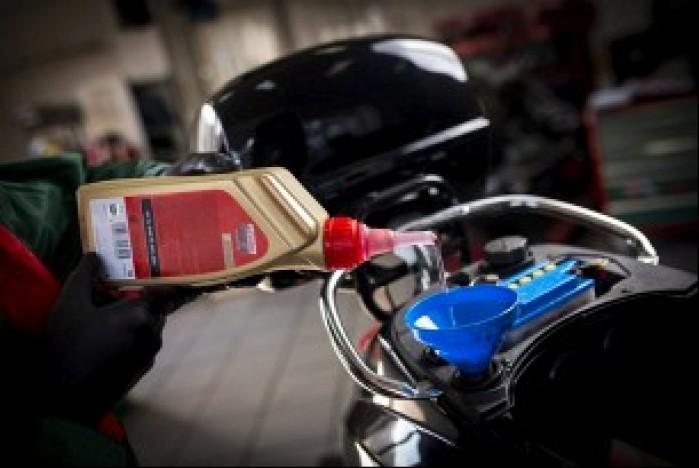 Wlewanie oleju Castrol Power1 Scooter 2T Lukasz Widziszowski