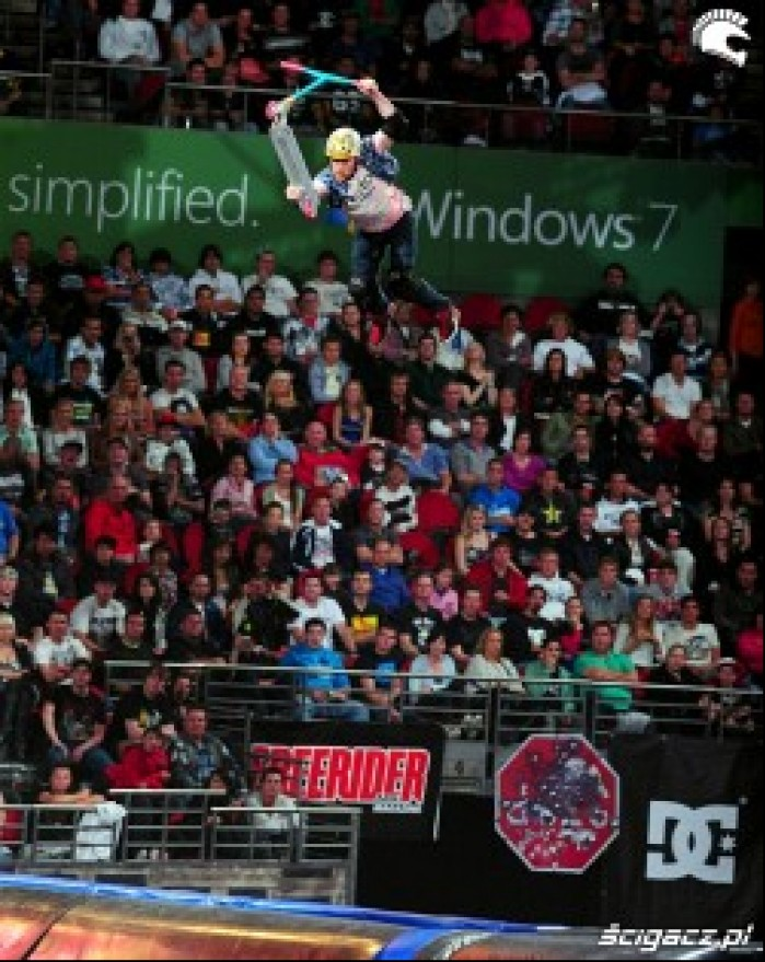 Andrew Broussard superman na hulajnodze