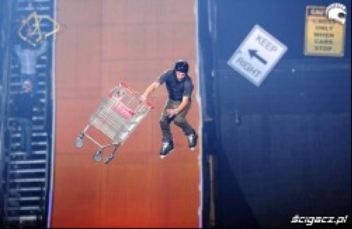 Chris Haffey skok z wozkiem sklepowym