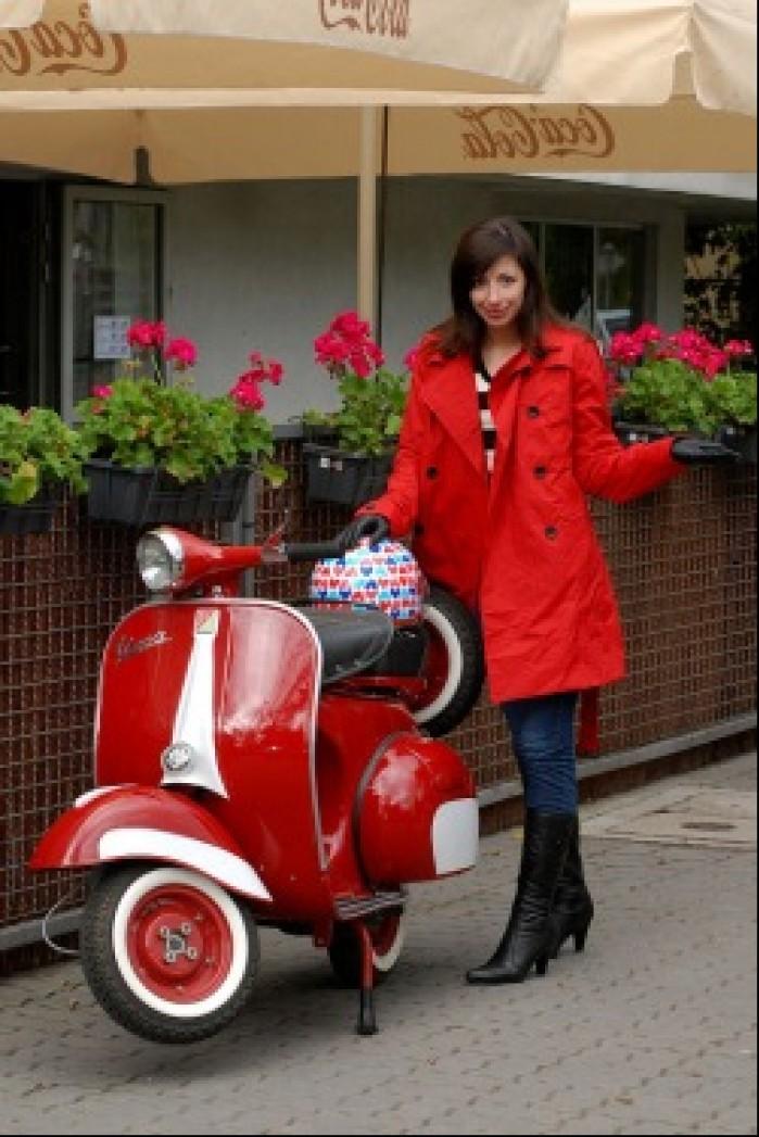 Klasyczna Vespa dziewczyna na skuterze