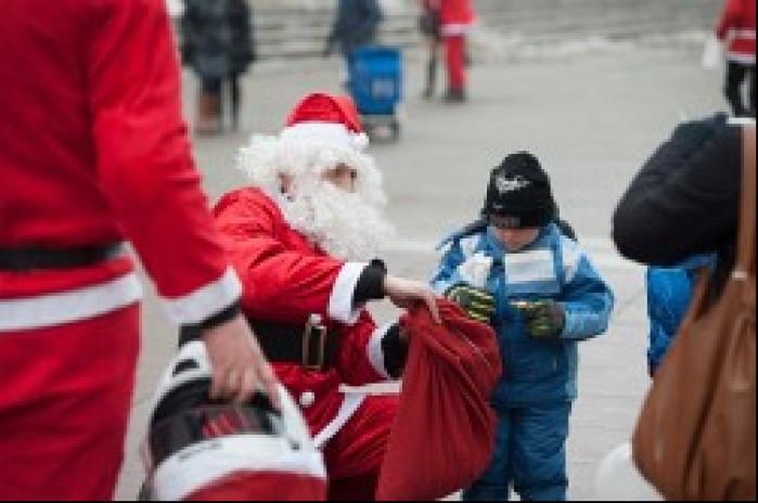 rozdawanie prezentow dzieciakom