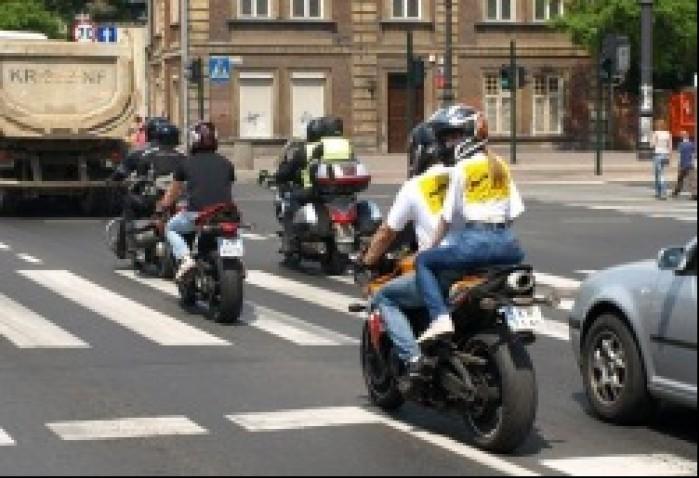 Pokaz motocyklem bezpieczniej miedzy samochodami