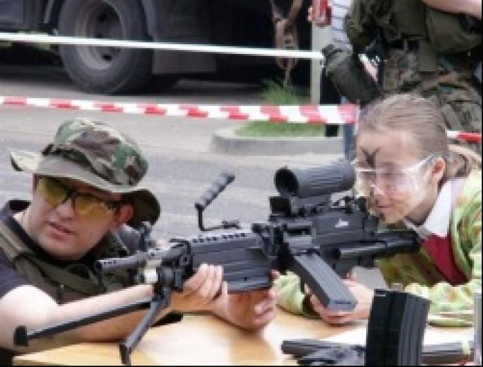 strzelnica dziewczynka Dzien Dziecka w Centrum Zdrowia Dziecka