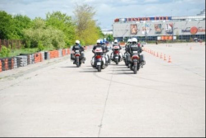 Policja na motocyklistach w szyku
