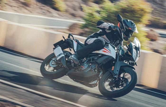 KTM 390 Adventure 2020 asfalt lewy zakret