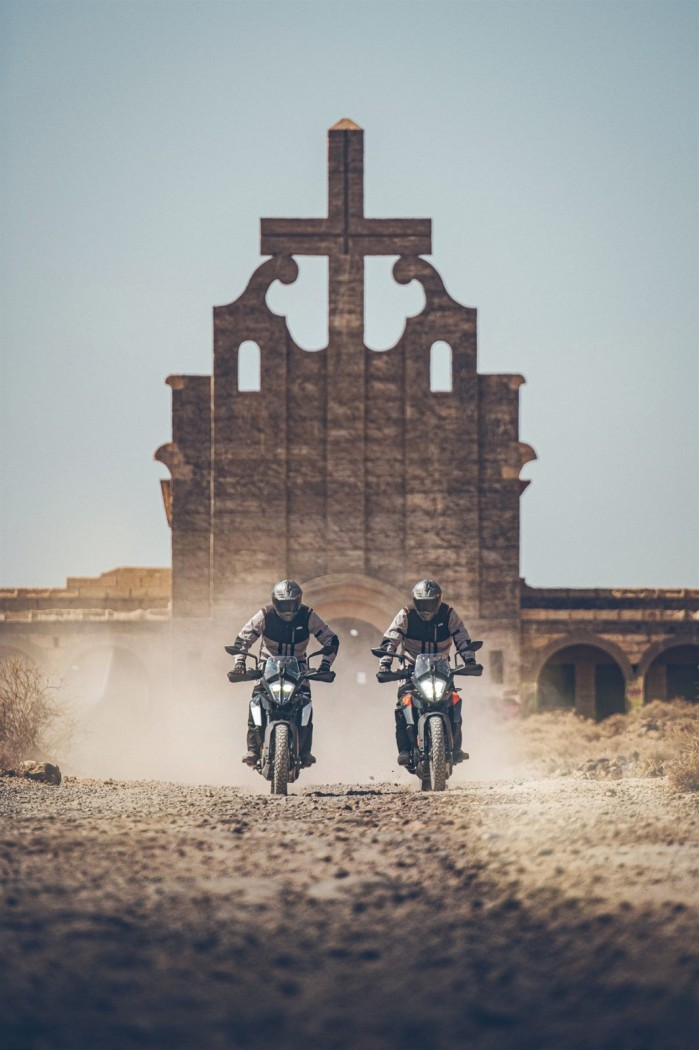 KTM 390 Adventure 2020 dwa motocykle kosciol