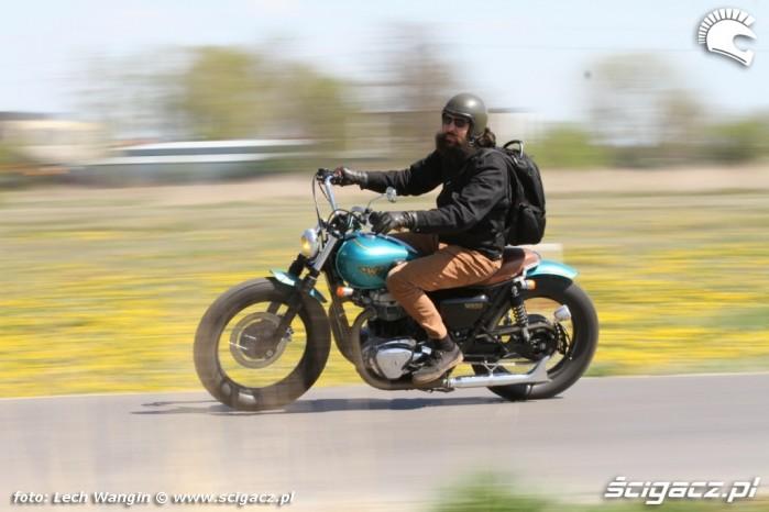 01 Kawasaki W 650 Flying Duxe akcja