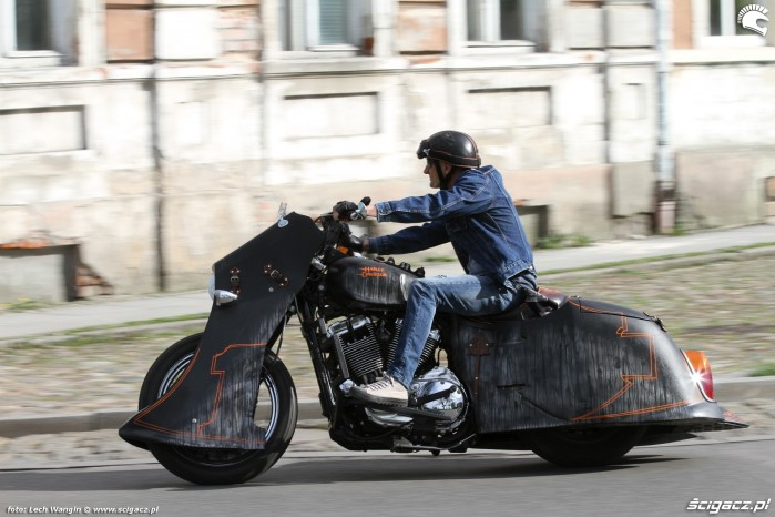 12 Harley Davidson Led Sled na miescie