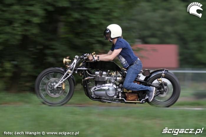 03 Triumph Bonneville America na drodze