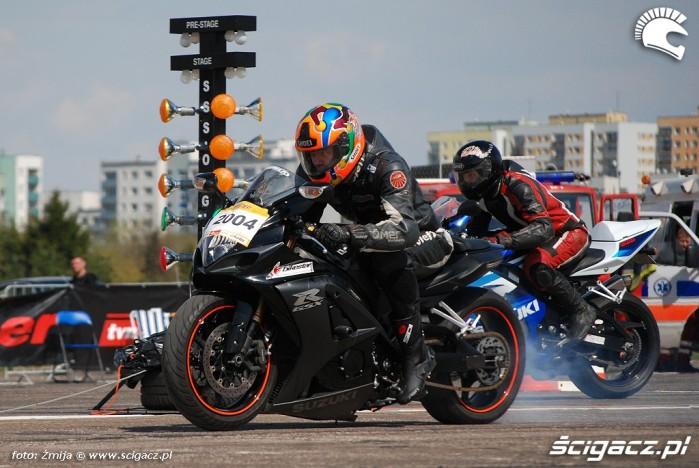 Dwa Suzuki GSXR walczace na cwiartke