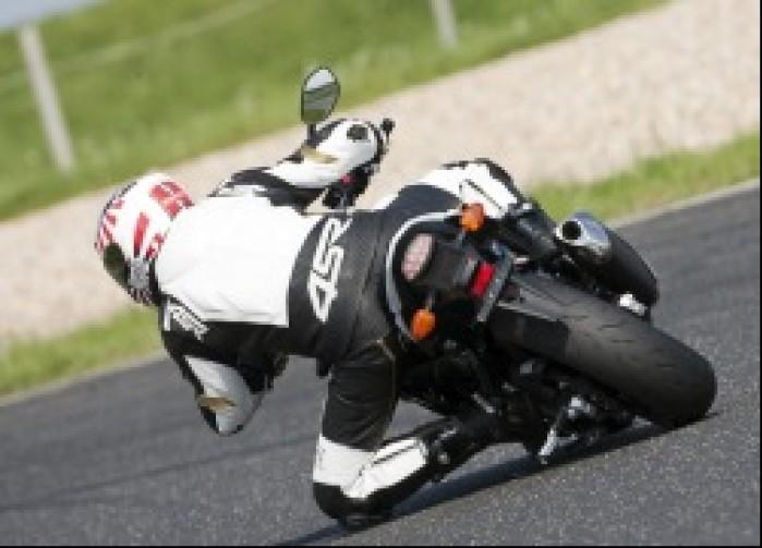 zakret na kolanie suzuki gsr750 2011 test motocykla 13