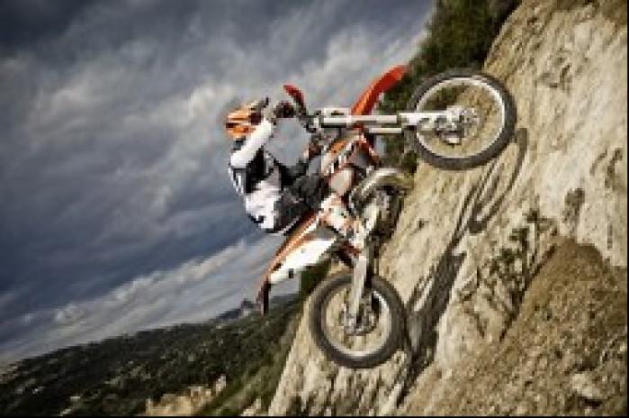 Motocykl enduro w akcji