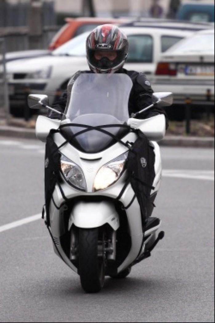 Burgman 400 Suzuki przed swiatlami