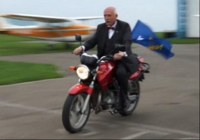 Korwin Mikke na motocyklu