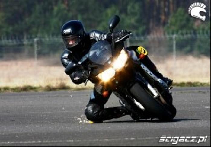 Yamaha FZS 1000 Kolano
