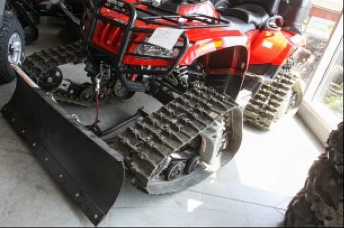 Do jazdy z gasienicami i plugiem konieczny jest mocny quad