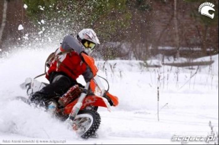 Enduro na oponach kolcowanych nawrot w glebokim sniegu